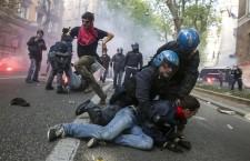 Roma, scontri e feriti al corteo per la casa.  La cronaca del giornalismo onesto e non quella di Repubblica e altri comunicatori governativi