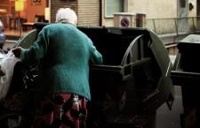 Gli italiani alla fame. Non lo dicono più solo i comunisti ma anche la Coldiretti dice che il piatto piange lacrime amare. Sono 4.068.250 le persone che hanno chiesto aiuto per mangiare nel 2013. Il 10% in più rispetto al 2012. Il dato emerge dalla relazione sul «Piano di distribuzione degli alimenti agli indigenti» dell'Agenzia per le Erogazioni in Agricoltura, l'Agea. Si registra un aumento esponenziale degli italiani senza risorse sufficienti a sfamarsi: erano 2,7 milioni nel 2010, 3,3 nel 2011, hanno raggiunto i 3,7 milioni nel 2012. Nel 2013, 303.485 persone hanno beneficiato dei servizi mensa e 3.764.765 hanno avuto assistenza con pacchi alimentari (i nuovi poveri per la vergogna preferiscono questa forma di aiuto). Secondo l'Istat — continua Coldiretti — il 16,6% degli italiani non può permettersi un pasto con contenuto proteico adeguato almeno una volta ogni due giorni. Nel 2013 i consumi alimentari sono diminuiti del 3,1%: tagliati dal pesce fresco (-20%) alla pasta (-9%), dal latte (-8%) all'olio extravergine (-6%), dalla carne (-2%) all'ortofrutta (-3%). Aumentano solo le uova (+2%).