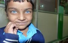 Gli occhi di cielo che urlano: «Giustizia per Bhopal». Da quasi trent'anni le donne di Bhopal sfilano a ogni anniversario della strage con il pugno alzato chiedendo giustizia