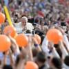 """Il Papa ha incontrato i movimenti popolari, spronandoli: Nessun lavoratore dev'essere senza diritti, proseguite la lotta. > Parole positive ma restano parole buone per creare immaginario mediatico. Il passaggio dalle parole ai fatti produrrebbe un'epocale trasformazione dei rapporti di forza tra poveri, popoli in lotta e il massacro delle politiche liberiste, dei governi e delle guerre di aggressione delle potenze occidentali. Inoltre sarebbero di concreta speranza se, ad esempio, in Italia il Vaticano restituisse i miliardi di finanziamento diretto e indiretto che lo Stato gli concede ogni anno. Non chiediamo al Papa di introiettare la sacra verità """"socialismo o barbarie"""" ma di operare contro i criminali poteri forti, ad esempio, parli del TTiP che sancirà il potere assoluto delle multinazionali sulla vita terrena. Chiediamo troppo?"""
