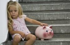 Bambini italiani sempre più poveri. Il rapporto Save The Children. Sono 1,4 milioni i minori in grave difficoltà economiche nel nostro Paese. Pochi gli spazi per giocare, scuole inadeguate e fatiscenti. La fatica di essere piccoli