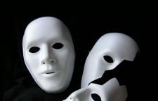 Social, un'inciviltà di maschere che si consuma nella menzogna