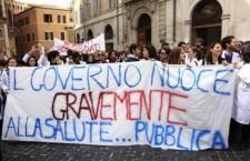La Lombardia privatizza la sanità. Gestori e politici si sfregano le mani e ringraziano