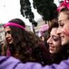 Le giovanissime in piazza: «Difendere le donne che non possono farlo da sole»