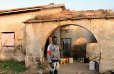 """""""Vite a giornata"""": precarietà ed esclusione dalle cure per i braccianti migranti in Basilicata"""