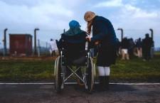Siamo soli, lavoriamo senza tregua: i bisogni inascoltati dei caregiver italiani