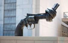Paese chiuso, fabbriche d'armi aperte