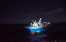 Migranti, Sos dal Mediterraneo: «Aiutateci, stiamo affondando»