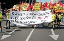 Milano in piazza: «Il modello lombardo ha fallito, voltiamo pagina»