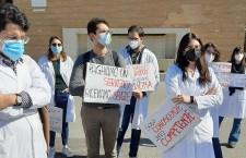 Senza vaccini e con obbligo di frequenza: studentǝ di medicina della Sapienza scendono in piazza