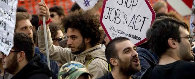 Un momento della protesta di lavoratori disoccupati e di studenti davanti alla sede del Teatro Mercadante in Piazza Municipio dove l'assessore regionale Severino Nappi stava partecipando ad un incontro pubblico, 22 ottobre 2014. ANSA /CIRO FUSCO
