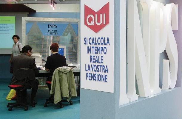Uno stand dell'Inps, allestito in occasione di una manifestazione pubblica, in una immagine del 09 maggio 2000 a Roma. Le pensioni piu' basse, fino a 3 volte il minimo, ovvero fino a un importo di 1.428 euro mensili, sono rivalutate al 100%. Lo precisa l'Inps rispetto alle notizie sulla manovra anticipate in questi giorni.  ANSA/ALESSANDRO BIANCHI